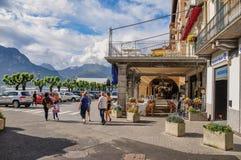 Widok ludzie chodzi na ulicie wzdłuż brzeg Jeziorny Como w Bellagio Obrazy Royalty Free