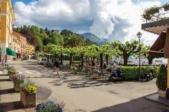 Widok ludzie chodzi na ulicie wzdłuż brzeg Jeziorny Como w Bellagio Zdjęcie Royalty Free