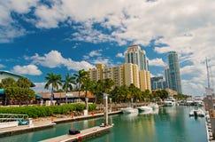 Widok luksusowe łodzie i jacht dokujący w Miami południu Wyrzucać na brzeg Marina Zasięg życia pojęcie obraz royalty free