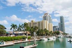 Widok luksusowe łodzie i jacht dokujący w Miami południu Wyrzucać na brzeg Marina życia luksusowego pojęcie zdjęcia stock
