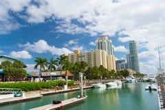 Widok luksusowe łodzie i jacht dokujący w Miami południu Wyrzucać na brzeg Marina Zasięg życia pojęcie zdjęcie royalty free