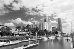 Widok luksusowe łodzie i jacht dokujący w Miami południu Wyrzucać na brzeg Marina Zasięg życia pojęcie zdjęcia stock