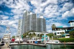 Widok luksusowe łodzie i jacht dokujący w Miami południu Wyrzucać na brzeg Marina Zasięg życia pojęcie koncepcja real nieruchomoś obraz stock