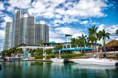 Widok luksusowe łodzie i jacht dokujący w Miami południu Wyrzucać na brzeg Marina Zasięg życia pojęcie mieszkań nieruchomości dom fotografia stock
