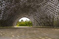 Widok luksusowi ogródy w łukowatym otwarciu gigantycznego cienia kruszcowa kopuła fotografia stock