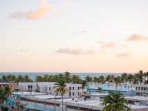 Widok Luquillo podczas wschód słońca Residentail budynek blisko plaży obrazy stock