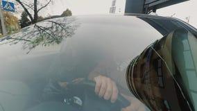 Widok mężczyzna i kobiety obsiadanie w samochodzie Widok przez okno samochód Kamera dołączająca frontowy zderzak zbiory wideo