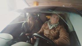Widok mężczyzna i kobiety uśmiechnięty obsiadanie w samochodzie Widok przez okno samochód Kamera dołączająca frontowy zderzak zdjęcie wideo