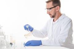 Widok mężczyzna w laboratorium podczas gdy wykonujący eksperymentuje obrazy royalty free