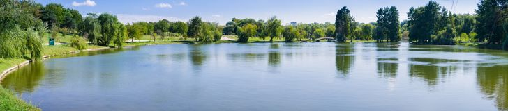 Widok mężczyzna zrobił jezioru w Tineretului parku obraz stock