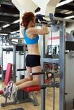 Widok młoda rudzielec dziewczyna ćwiczy na symulancie Zdjęcie Royalty Free