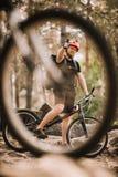 widok młody próbny rowerzysta pokazuje kciuk w górę lasu przy obraz stock
