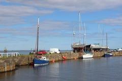 Widok małe łódki cumował w Tayport schronieniu na Firth Tay przy przypływem, piszczałka, Szkocja Inni jachty są na quayside o Zdjęcia Stock