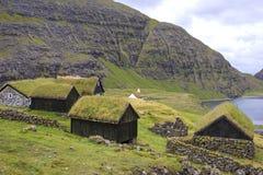 Widok małe chałupy w Saksun, Faroe wyspy fotografia stock