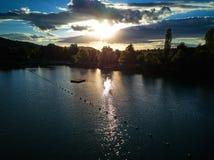 Widok mały jezioro wokoło zieleni drzewa i przy zmierzchem Obraz Royalty Free
