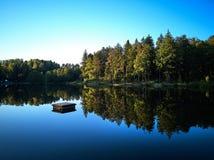 Widok mały jezioro wokoło zieleni drzewa i przy zmierzchem Zdjęcie Royalty Free
