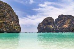 Widok majowie zatoka z wapień skały popularną tropikalną plażą w phi phi wyspie, krabi, Thailand obrazy royalty free