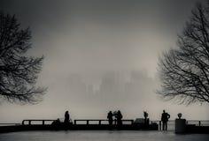 Widok Manhattan, Nowy Jork, od swobody wyspy w mgłowym dniu Fotografia Stock