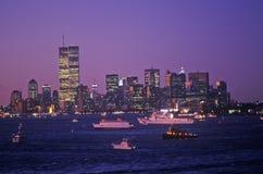 Widok Manhattan przy nocą od pokładu lotniskowiec Kennedy, Miasto Nowy Jork, NY Zdjęcia Royalty Free