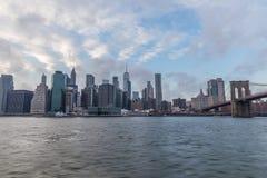 Widok Manhattan z mostem brooklyńskim przy zmierzchem od strony o fotografia stock