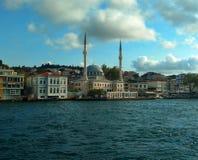 Widok meczet na spacerze przez Bosphorus obrazy stock