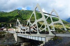 Widok Mestia futurystyczny nowożytny most, Górny Svaneti, Gruzja Obrazy Stock