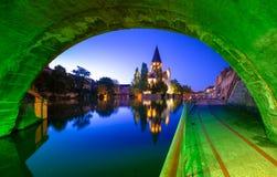 Widok Metz z Świątynnym Neuf odbijał w Moselle rzece, Lorraine zdjęcie stock