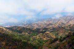 Widok mgłowa dolina z górami w odległości obrazy royalty free