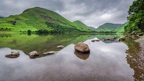 Widok mgłowy i zielony Gromadzki jezioro, UK Zdjęcia Royalty Free