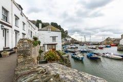 Widok między chałupami, przy historycznym i uroczym połowu schronieniem Polperro, Cornwall zdjęcia royalty free
