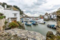 Widok między chałupami, przy historycznym połowu schronieniem Polperro, Cornwall fotografia stock