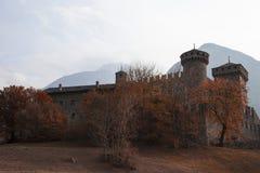 Widok między gałąź kasztel fenis d ` val aosta Italia w jesieni Zdjęcia Stock
