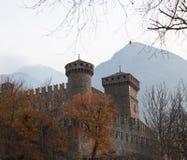 Widok między gałąź kasztel fenis d ` val aosta Italia w jesieni Fotografia Stock