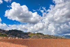 Widok miast przedmieścia od behind czerwień dachów pod niebieskimi niebami z Obraz Royalty Free