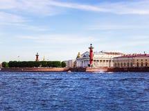 Widok miasta ` s widoki przez NeView miasta ` s widoki przez Neva rzekę St Isaac ` s katedra, giełda papierów wartościowych kwadr fotografia royalty free