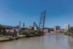 Widok miasto Cleveland nad Cuyahoga rzeką obrazy royalty free