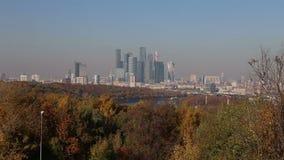 Widok miasto i kompleks drapacz chmur Moskwa miasto od Wróbliej Krwawej obserwacji wzgórzy lub Vorobyovy przegląda platforma zdjęcie wideo