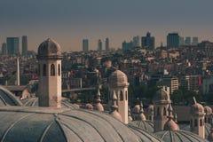 Widok miasto Istanbuł, Bosphorus most od Galata wierza Zewnętrzny widok kopuła w Osmańskiej architekturze zdjęcia royalty free