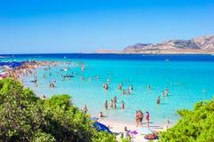 Widok miasto plaża z udziałami ludzie sunbathing i pływa Widok z wierzchu drapacza chmur Obrazy Stock