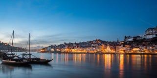 Widok miasto poto przy nocą z klasyczną rabelo łodzią obrazy stock