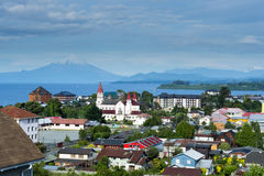 Widok miasto Puerto Varas, Llanquihue jezioro i Osorno wulkan (Chile) Obraz Royalty Free