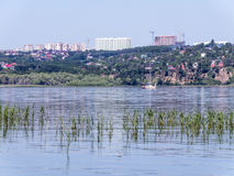 Widok miasto Saratov od wyspy na Volga rzece russia krajobrazowy lato Zdjęcie Royalty Free
