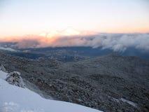 Widok miasto zdala od góry Śnieg zakrywać góry z wzgórze zakrywającym jedliny zimy gór lasowym krajobrazem fotografia royalty free