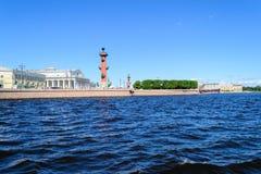 Widok mierzeja Vasilievsky rostralnie i wyspy kolumny Zdjęcie Royalty Free