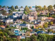 Widok mieszkaniowi domy w Melbourne ` s przedmieściu na wzgórzu Miasto Maribyrnong, VIC Australia zdjęcia royalty free