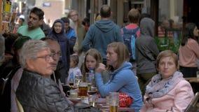 Widok mnóstwo ludzie na zwyczajnym zakupy uliczny Nieuwendijk, Amsterdam, holandie zbiory
