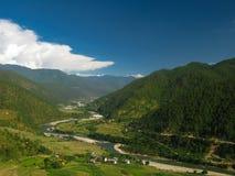 Widok Mo Chhu rzeka i Punakha-Wangdue dolina od Khamsum Yulley Namgyal świątyni, Bhutan Zdjęcia Royalty Free