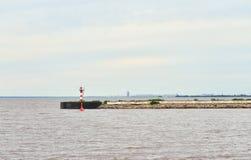 Widok molo i zatoka Finlandia w Strelna Zdjęcia Royalty Free