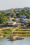 Widok Mon wioska i Chedi phutthakhaya, Sangkhla Buri, Kanch Zdjęcia Royalty Free