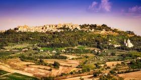 Widok Montepulciano miasteczka i wino kraju krajobraz Fotografia Royalty Free